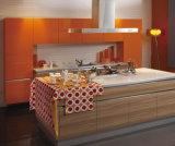 光沢度の高いMDFのアクリルは食器棚に乗る