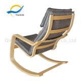 Cadeira de balanço da estrutura de madeira com várias selecções