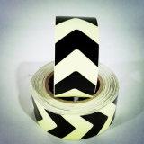 矢印パターンPhotoluminsecent暗いテープの白熱