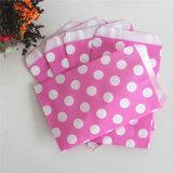 En papel rosa con rayas ecológicas bolsas para tratar de fiesta