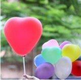 심혼 모양 또는 결혼식 또는 생일 또는 당 훈장 풍선이 유액에 의하여 팽창한다