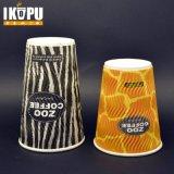 Caliente taza de café de papel rizado