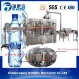 Máquina que capsula de relleno que se lava del agua mineral de la botella