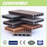 O composto de plástico do sistema um deck de madeira