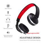 Im Freienmusik-geben Stereokopfhörer-Kopfhörer mit den Händen die Unterhaltung für laufenden Sport frei