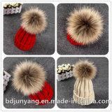 編まれた実質の毛皮POM POMはかぎ針編みの帽子の帽子を接続した
