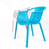 居間のための快適で涼しい肘掛け椅子