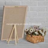 Доски письма с белыми пластичными письмами и деревянной стойкой
