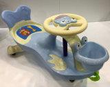 Kind-Baby-Schwingen-Auto-Fahrt auf Auto-Spielwaren