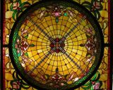 芸術パターンが付いている部屋の天井のステンドグラスのドーム