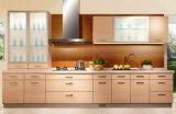 Armadio da cucina di legno bianco moderno di nuovo disegno con l'isola