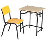 목제 금속 프레임을%s 가진 학교에 의하여 붙어 있는 의자