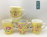 Il colore giallo fiorisce la tazza di ceramica del richiamo