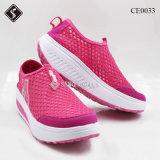Ботинки спортов удобных женщин гуляя плоские