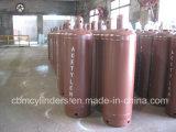 Bottiglie dell'acetilene con le protezioni della valvola di sicurezza del cilindro