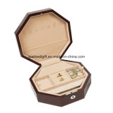 Рука произвела коробку ювелирных изделий восьмиугольника в высоком случае лоска