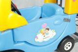 Supermarekt scherza il carrello di acquisto con l'automobile del giocattolo