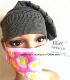 Восходящий поток теплого воздуха женщин маскирует крышку Beanie