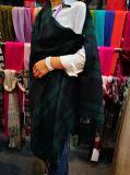 カシミヤ織のオリーブ色はショールにボタンをかける