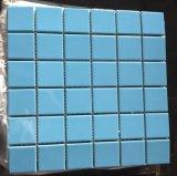 青い氷のひびの陶磁器のプールのモザイク・タイル