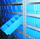 倉庫の記憶のプラスチック大箱の棚