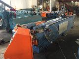 Il professionista costruisce la macchina piegatubi del singolo tubo capo di CNC