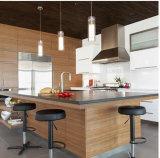 食器棚の光沢度の高いペンキのコーティングが付いている固体材木のキャビネット