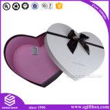 Casella di carta di figura del cuore che impacca il regalo di natale del Apple