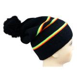 ロゴのバッジが付いているフロッピー編まれた帽子