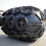 Evergreen Marine flotando con la cadena del guardabarros de goma de neumáticos
