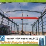 Gruppo di lavoro chiaro della struttura d'acciaio con la gru