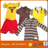 Vestiti utilizzati estate dei bambini e vestiti dell'usato, vestiti bene ordinati