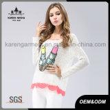 땅딸막한 불꽃 분홍색 레이스 단 스웨터