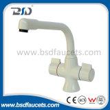 Miscelatore doppio del rubinetto del dispersore delle manopole della cucina poco costosa del bicromato di potassio del supporto della piattaforma