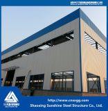 Bastidor de la estructura de acero con el haz de materiales de construcción para el taller