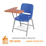 Cadeira tradicional da escola do metal de pouco peso com tabuletas da escrita