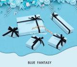 Rectángulo de joyería azul creativo del papel del color que empaqueta con el arqueamiento de la cinta