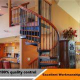 Escadaria em espiral de aço coberta com material de madeira de aço