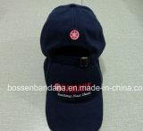 Продукция фабрики подгоняла вышитую логосом красную бейсбольную кепку хлопка