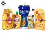 El zumo de fruta del fabricante se levanta el bolso con la tapa del canalón