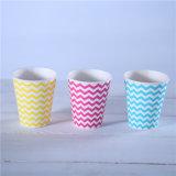 使い捨て可能なペーパーティーカップか習慣によって浮彫りにされるペーパーコーヒーカップ