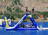 膨脹可能な水は卸売価格の膨脹可能な三角形水スライド浮遊水スライド水公園の演劇のゲームをもてあそぶ