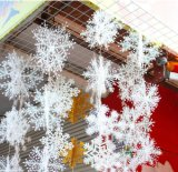 Il natale orna - ornamenti di scintillio - gli alberi d'argento, i fiocchi di neve d'argento ed i segni d'argento di Buon Natale - amo delle decorazioni di natale
