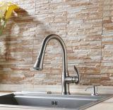 La singola leva estrae il rubinetto della cucina con la maniglia dello zinco