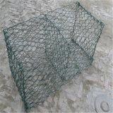 電流を通された六角形の金網の塀