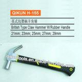 La mano della costruzione del hardware lavora il martello da carpentiere verniciato il nero con la maniglia della vetroresina