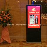 Hotel-Fußboden, der Digitalanzeige bekanntmachend steht