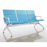La silla que espera de la inyección del aeropuerto público lleno de la espuma con las piezas de aluminio modulares mezcla los muebles