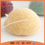Baño de esponja natural de la piel limpia