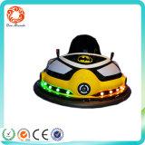 Un coche de parachoques de la batería de la máquina de la arcada del jugador
